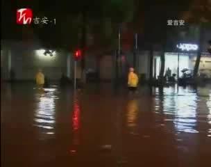 暴雨突襲遂川城 交警出動保暢通