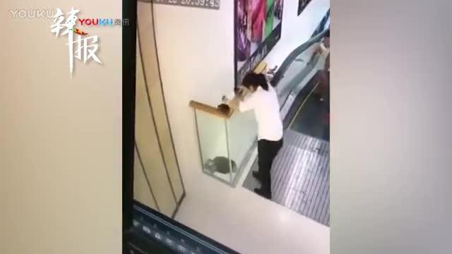 男子为捡电梯旁小广告 瞬间从隔断坠落