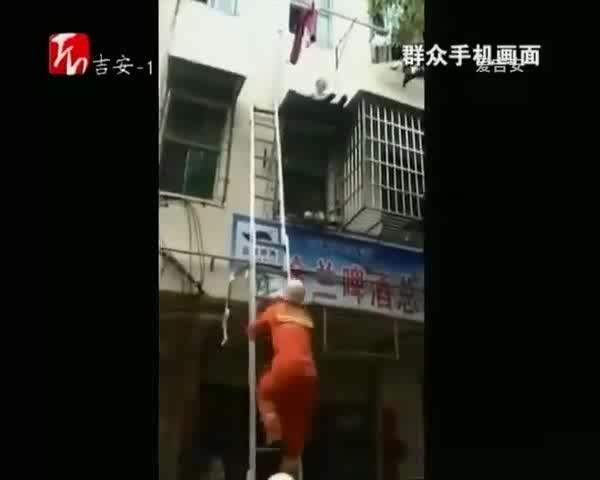 峡江:男童悬坐二楼防盗窗 消防及时救援